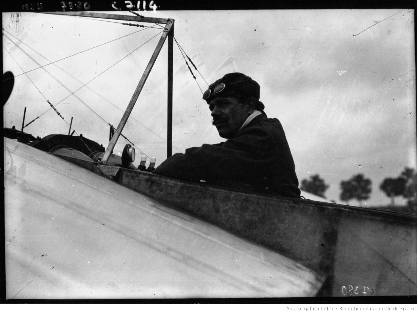 Jan Olieslagers, de 'Antwerpschen duivel', in 1910. Olieslagers maakte naam als wielrenner en motorracer, voor hij naar de vliegsport overstapte. Tijdens de oorlog was hij een van de succesvolste Belgische piloten. (Bibliothèque nationale de France)