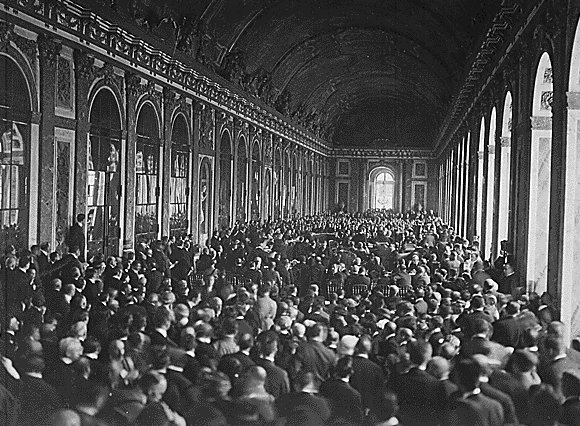 VERSAILLES Treaty_of_Versailles_Signing,_Hall_of_Mirrors, https://commons.wikimedia.org/wiki/File%3ATreaty_of_Versailles_Signing%2C_Hall_of_Mirrors.jpg