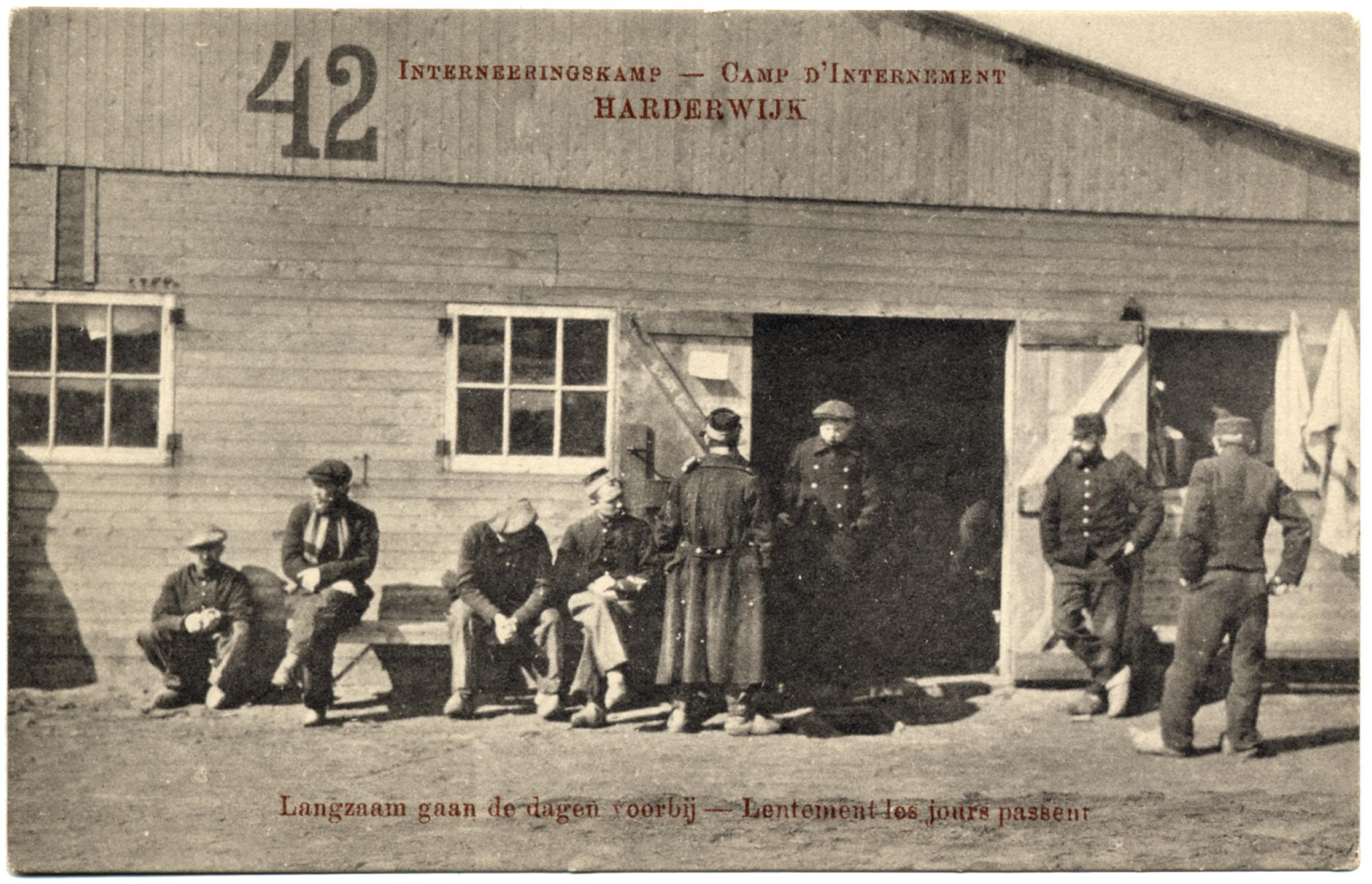 Zicht op soldaten voor een barak in het interneringskamp Harderwijk - Databank Agrippa, Letterenhuis