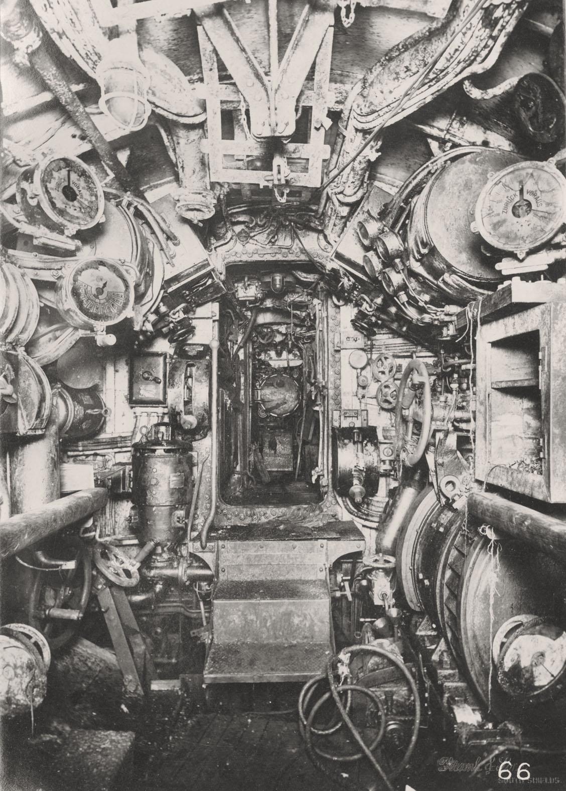 De elektrische controlekamer van een Duitse onderzeeër (Tyne & Wear Archives)