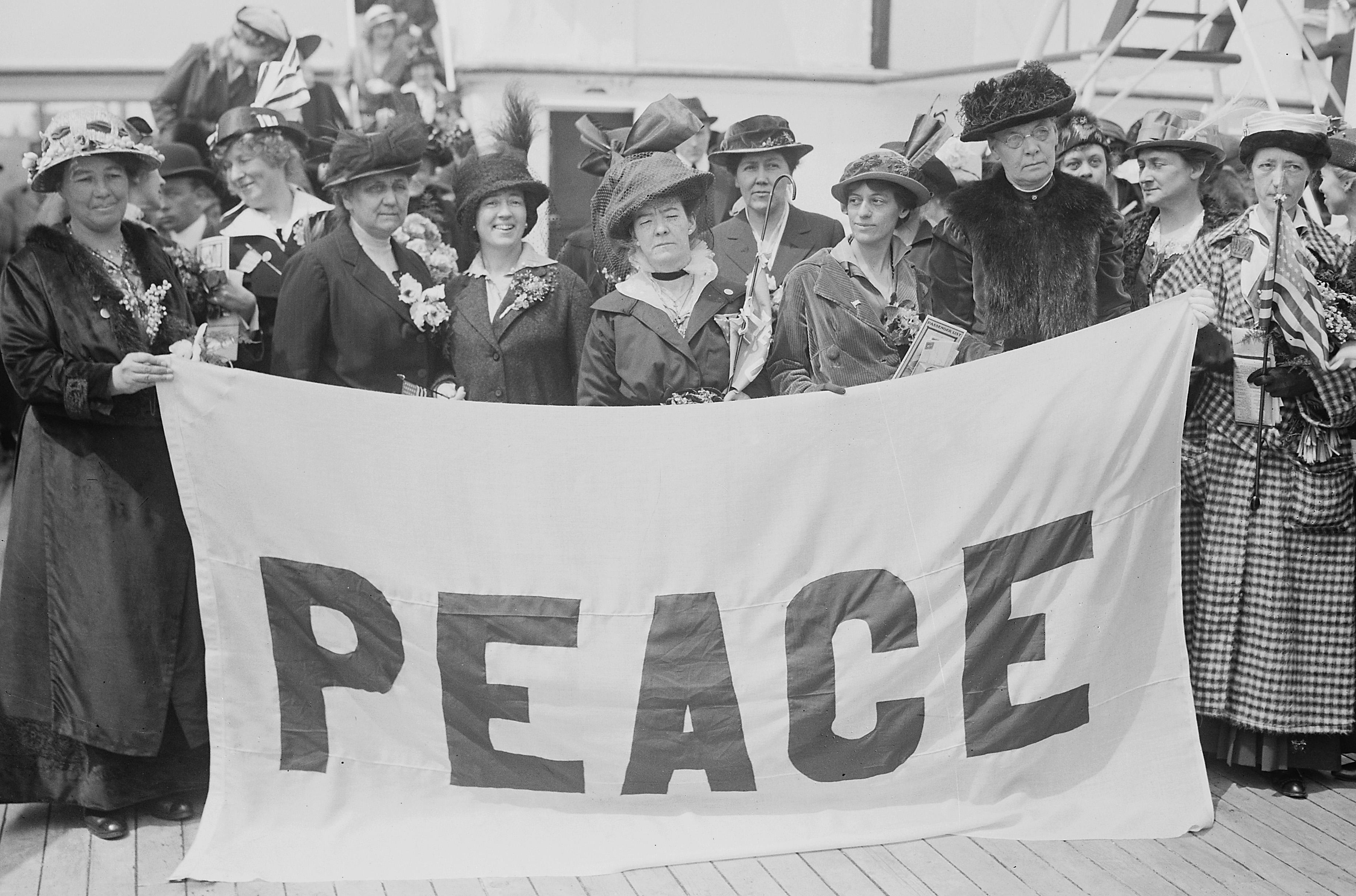 Die amerikanischen Teilnehmerinnen auf dem Schiff MS Noordam, auf dem Weg zum Kongress (April 1915)