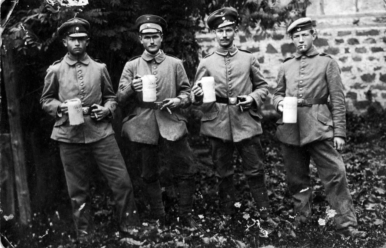Soldaten mit Bierkrügen | Manfred U (Europeana)