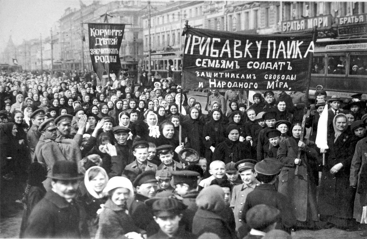 Demonstration der Putilow-Arbeiter am ersten Tag der Februarrevolution von 1917 (Quelle: commons.wikimedia.org)